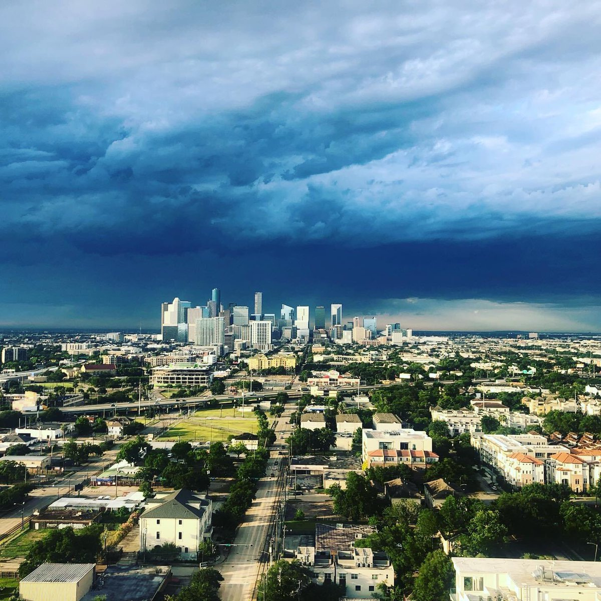 Storm a' brewing. #Houston pic.twitter.com/R2bdcOkewi