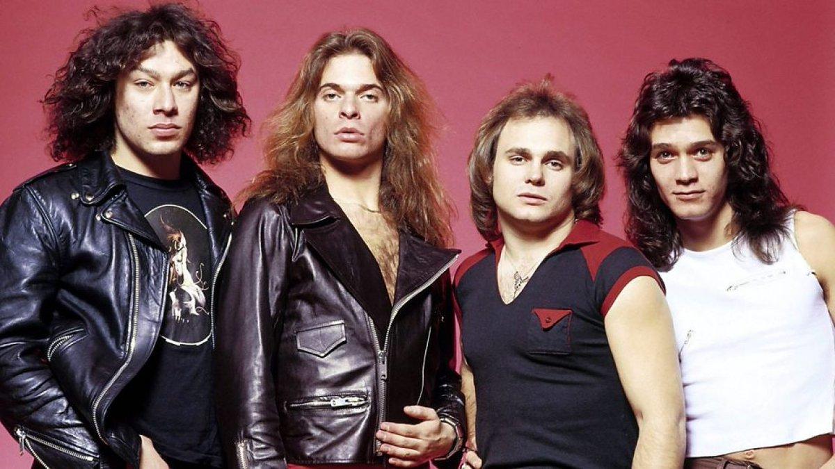 """#UnDíaComoHoy pero 1988 Van Halen abre el festival itinerante """"Monster of rock"""", en el Teatro Alpine Valley Music en Wisconsin. El espectáculo marca el retorno de la banda a las presentaciones en vivo luego de dos años de ausencia. https://t.co/r6l3U2X16V"""