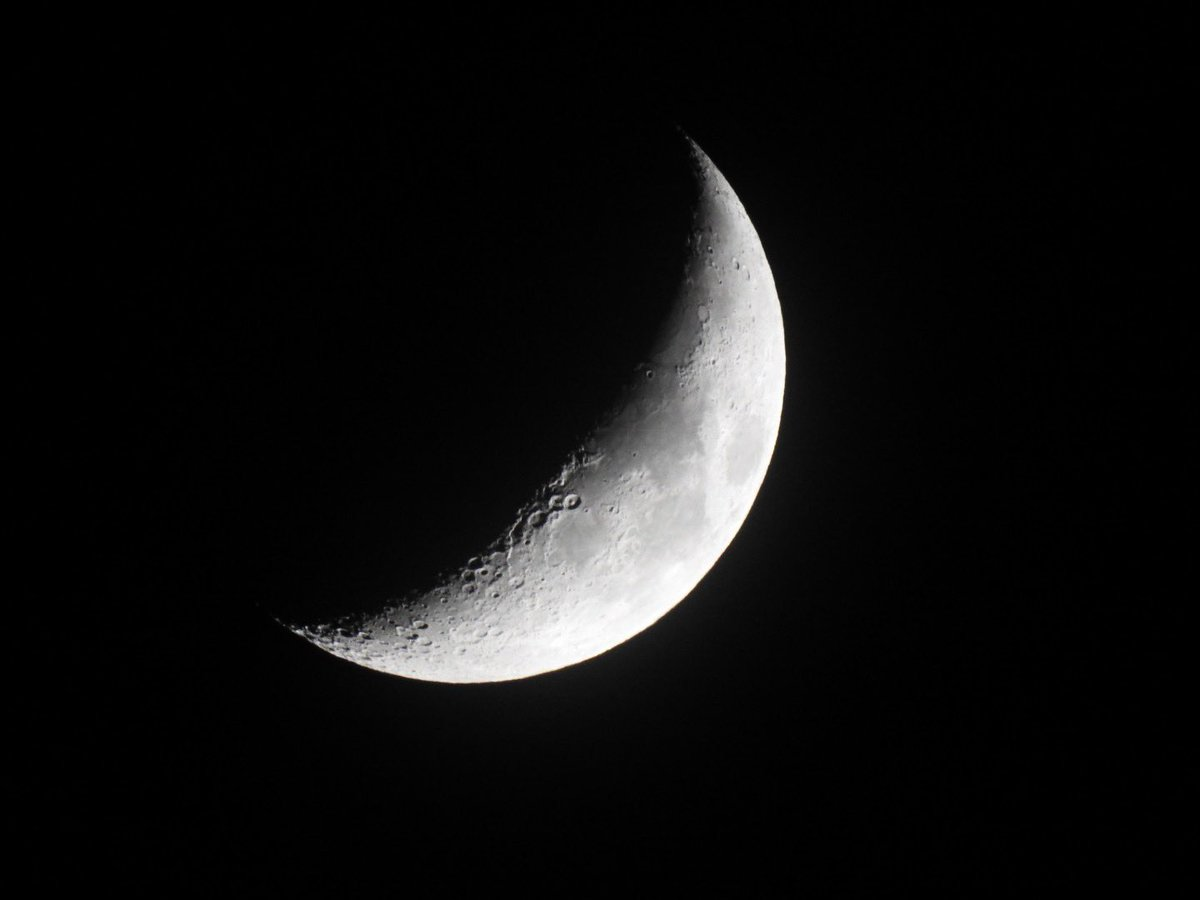 Waxing crescent moon on a record-setting hot day in Gatineau, Quebec. #StormHour pic.twitter.com/uqcaCK4KrQ
