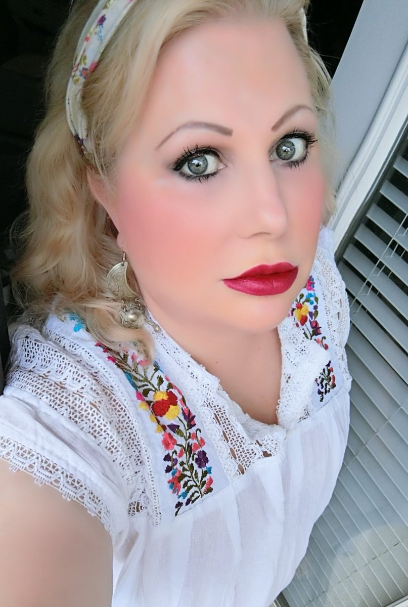 The #lipstickoftheday is @MACcosmetics Selena in Queen of Cumbia. #mac #macselena #lipstick #redlips #beauty #cosmetics #makeup #motd #fotdpic.twitter.com/pNf4c6hpVt
