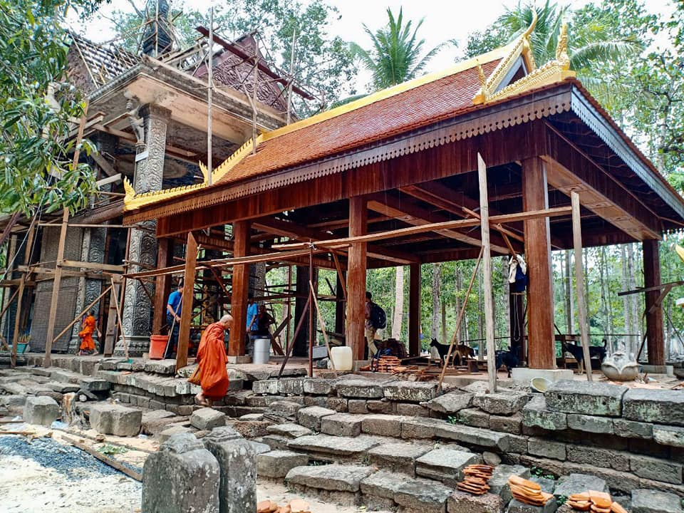 Monks in Tep Pranom pagoda, just north of Elephant Terrace in #SiemReap provicne #Cambodia, was told to stop constructing a building on the temple site, Apsara Authority said.pic.twitter.com/0SKTVBShuO