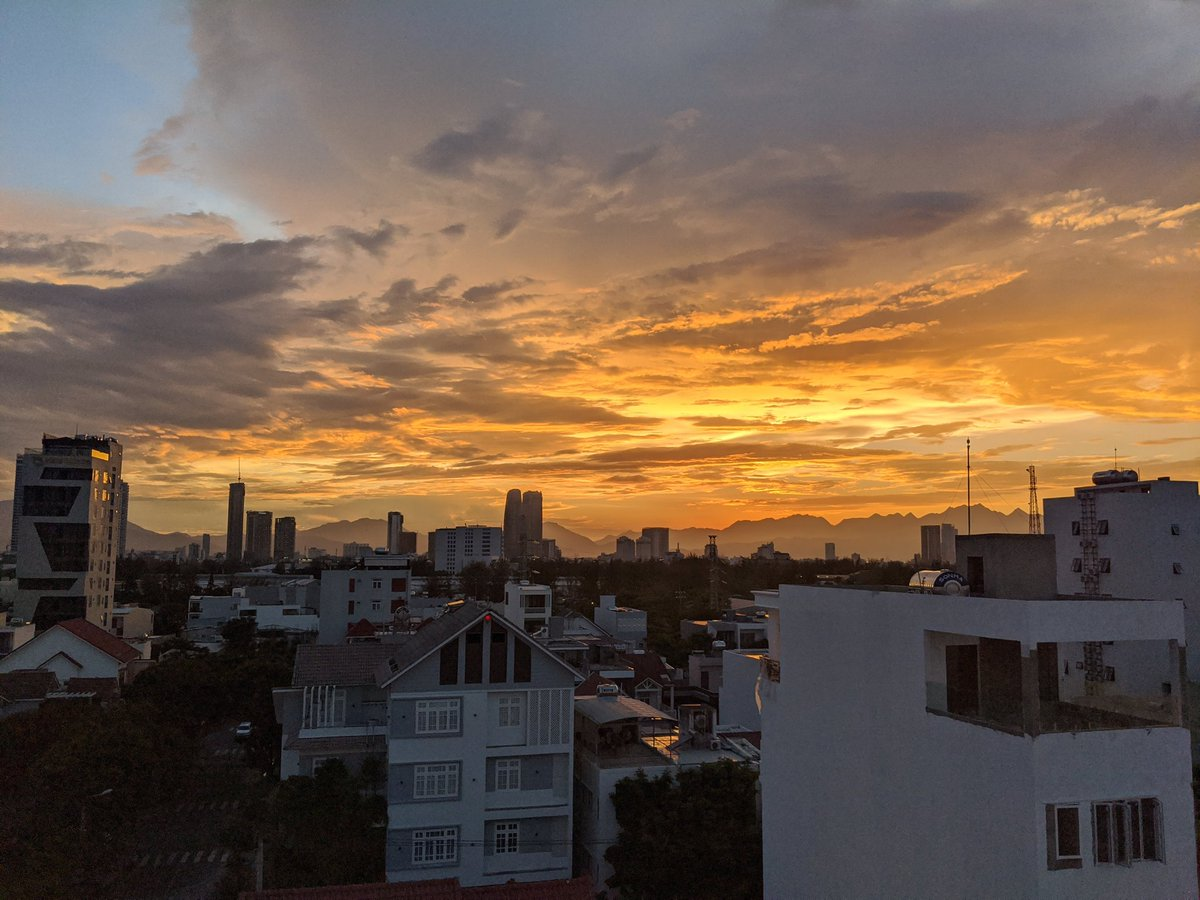 We haven't gotten many sunsets during our time in #danang due to thick low clouds covering those mountains, but last night's was a beaut! pic.twitter.com/30uWnexCdb