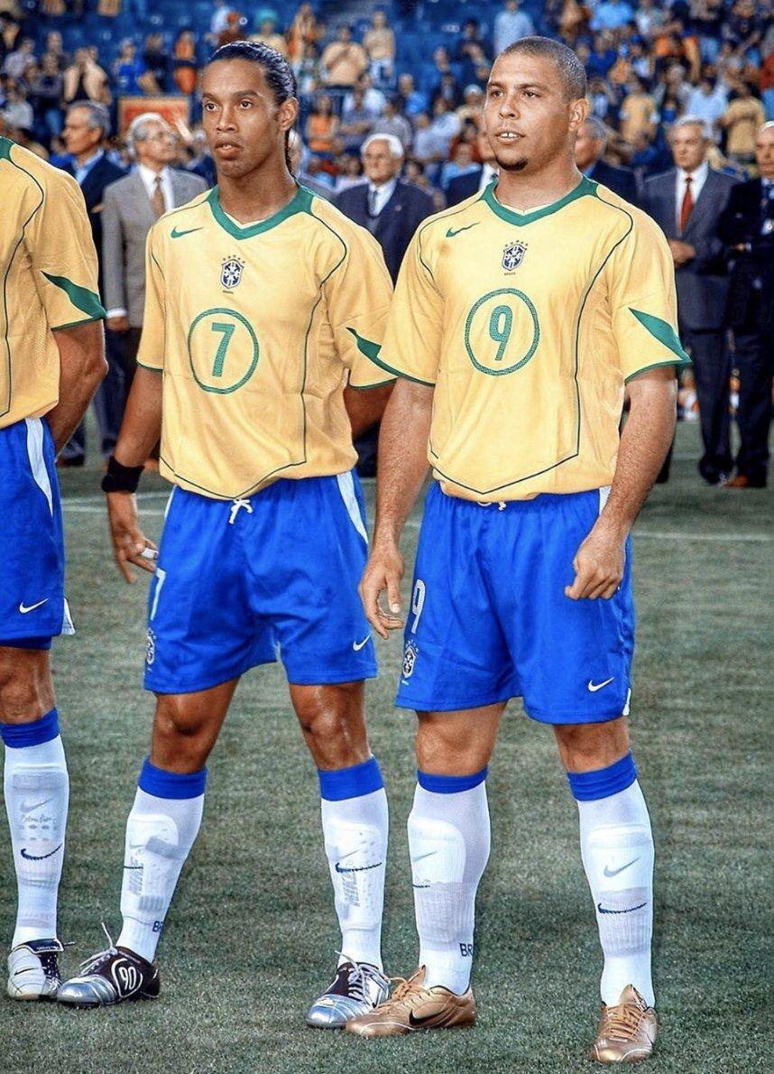 🇧🇷 Ronaldinho wearing Total 90 🇧🇷 Ronaldo wearing Mercurial R9 Joga Bonito. ❤️