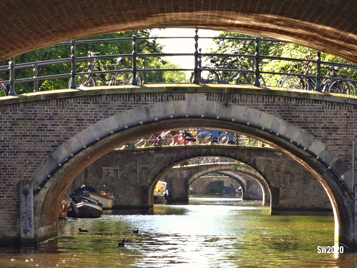 The bridges over the Reguliersgracht in #Amsterdam pic.twitter.com/CCtyPXwIWL