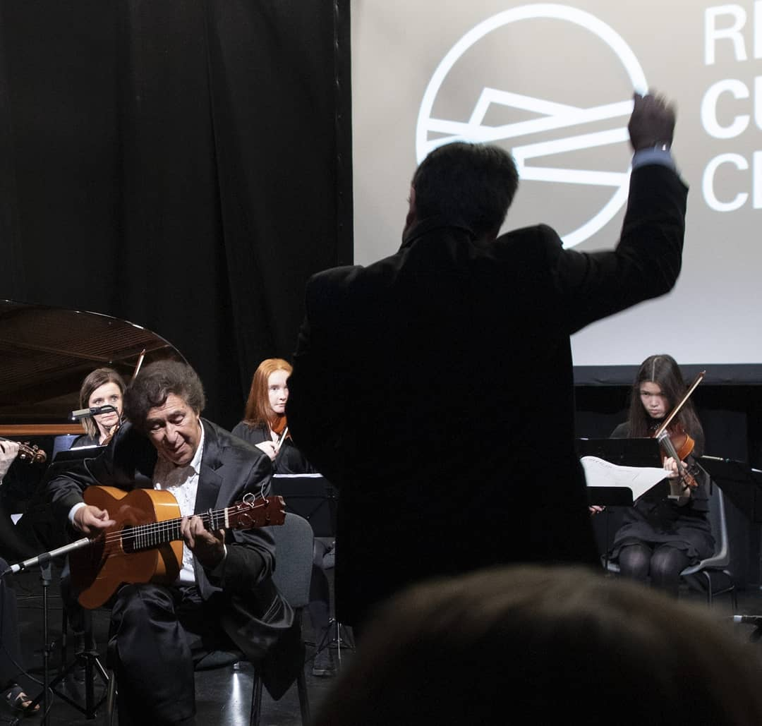 Nice memories of May 2019 #Tbt Donegal Chamber Orchestra with flamenco guitarist Juan Martín @CulturalCentre @DonegalETB @DMEPmusic @donegalcouncil @victoryelamo #flamencoguitar #chamberorchestra #ThrowbackThursdaypic.twitter.com/RO1QFgoAkU