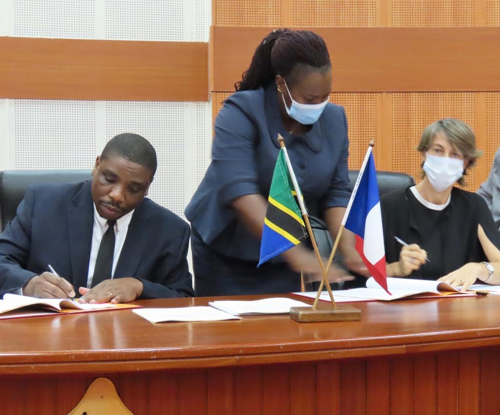 Signature of a new project of 180Bn TZS between #Tanzania and @AFD_France to improve #Morogoro's #water and #sanitation services by 2025: ✅90% of the population with an access to quality water ✅Reduction of water loss by 10% ➡️https://t.co/Uf5CU91mcO @FranceTanzania @CYoka_AFD https://t.co/fxa8nzSBQT