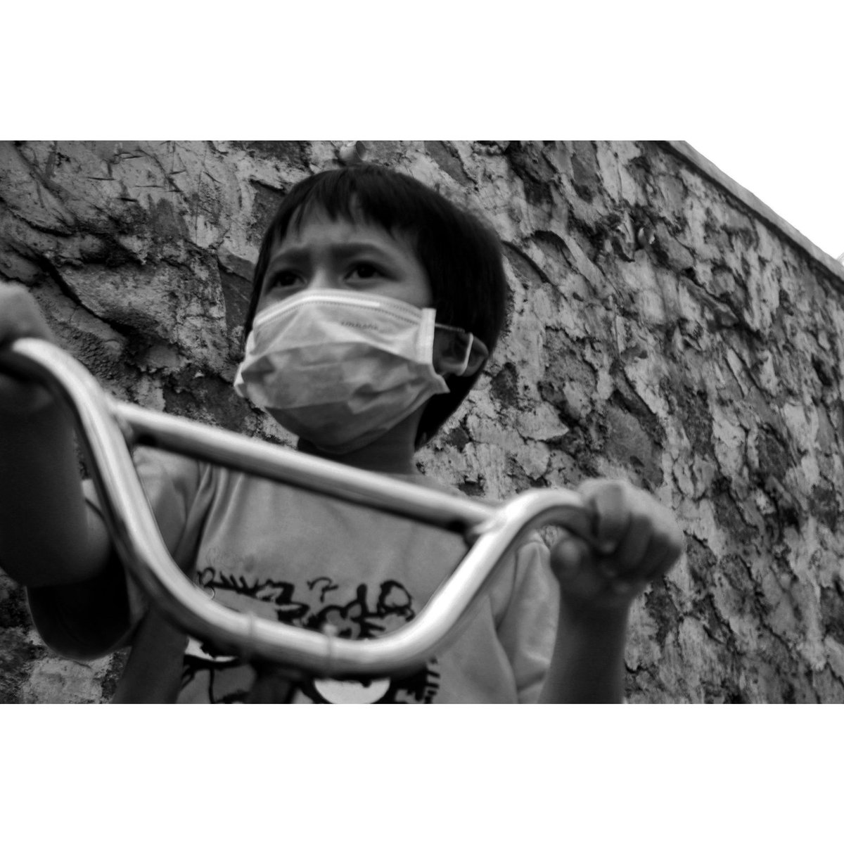 Pandemic era.  #streetphotography #streetphoto #savethechildren #bnwportrait #portrait #pandemic #COVID__19 #blackandwhitephotographypic.twitter.com/YClmm6ANsV
