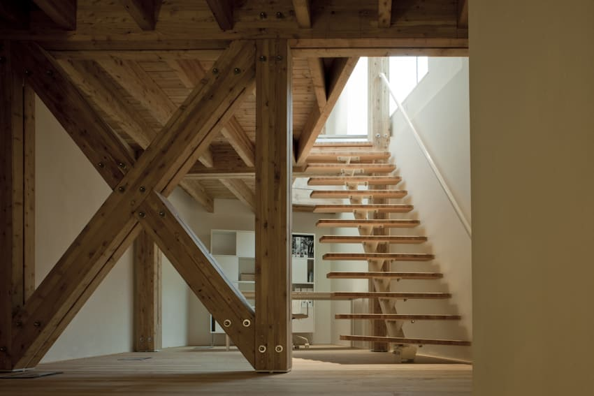 Casa Ceschi _ A skeleton in laminated larch wood which reaches the full height of the building, defining its distribution. #Arquitectura traverso-vighy architetti Foto Alessandra Chemollo Desde @divisare_ https://bit.ly/2B41fdR #madera #MaderayConstrucción @Maderayconstrucpic.twitter.com/fDA3Lb6T7y