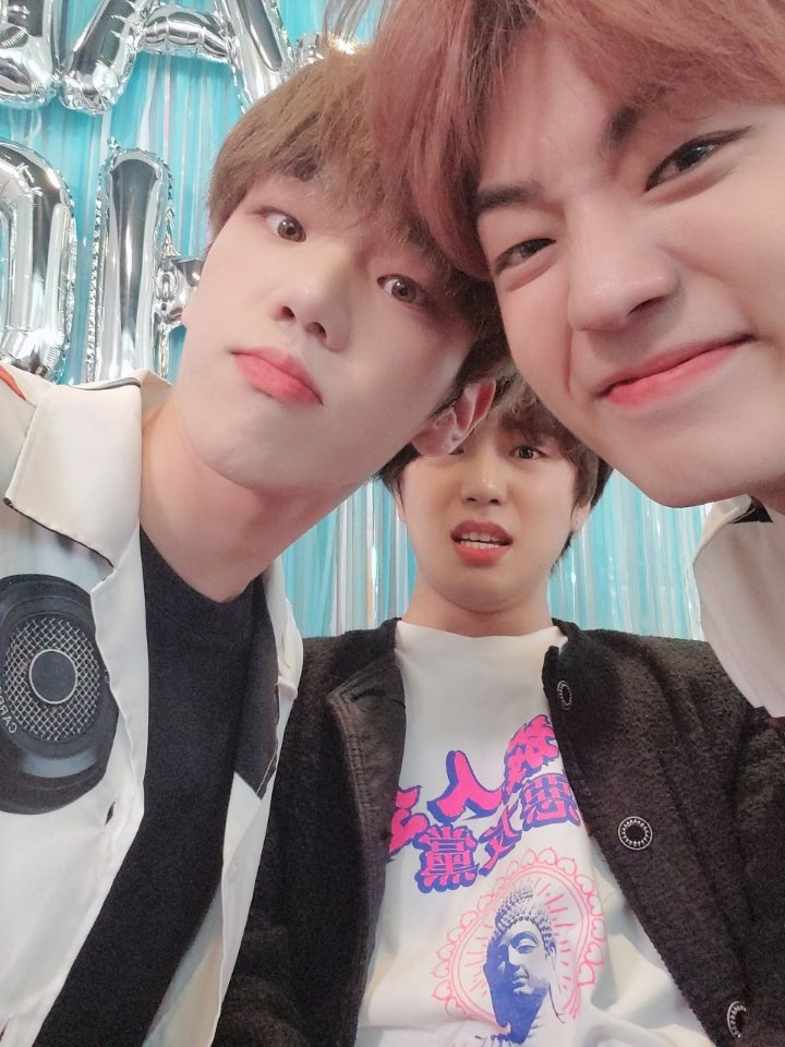 trying to take a selfie?? not on maknae line's watch <br>http://pic.twitter.com/ITTZOqPsZj