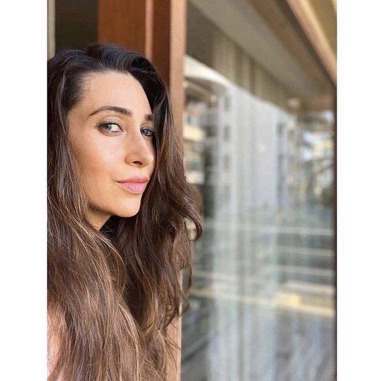 @therealkarismakapoor is such a stunner! Yay or Nay? . . . . . . #star__bollybuzz #karishmakapoor #bollywood #bollywoodactress #stunner #quarantinelook #quarantine #bollywoodimages #bollywoodpictures #celebrity #bollywoodnews #bollywoodupdates #bollywoodheroine #bollywoodlatest pic.twitter.com/dP2SpEQ0RM