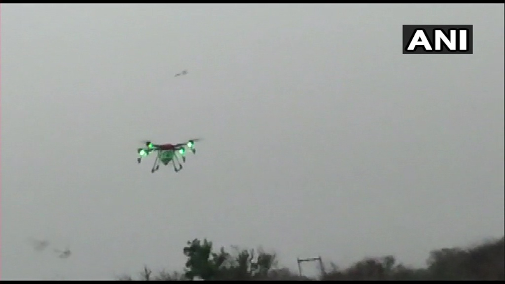 #Visuals | Agriculture Department is using drones to monitor movement of the locusts in Jaipur's Samode  #Rajasthan   (:ANI)pic.twitter.com/Tcom1BIXHD