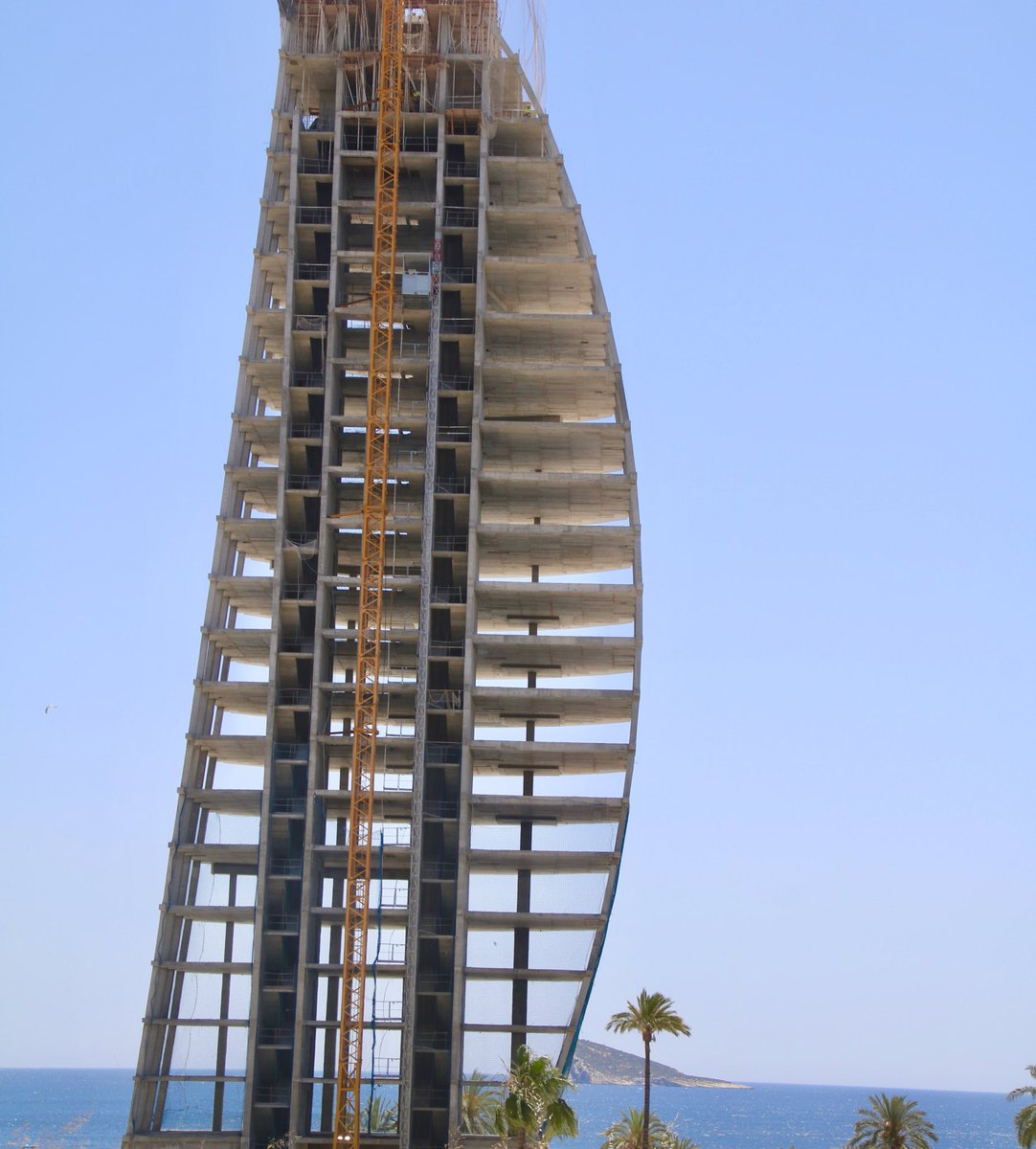The framework of Delfin Tower on La Cala beach. What a place to live with a view to die for #benidorm #beach #playa #sun #sol #view #vista #spectacular #mediterranean #mediterraneo #costablanca #spain #españapic.twitter.com/PTsweZFlII