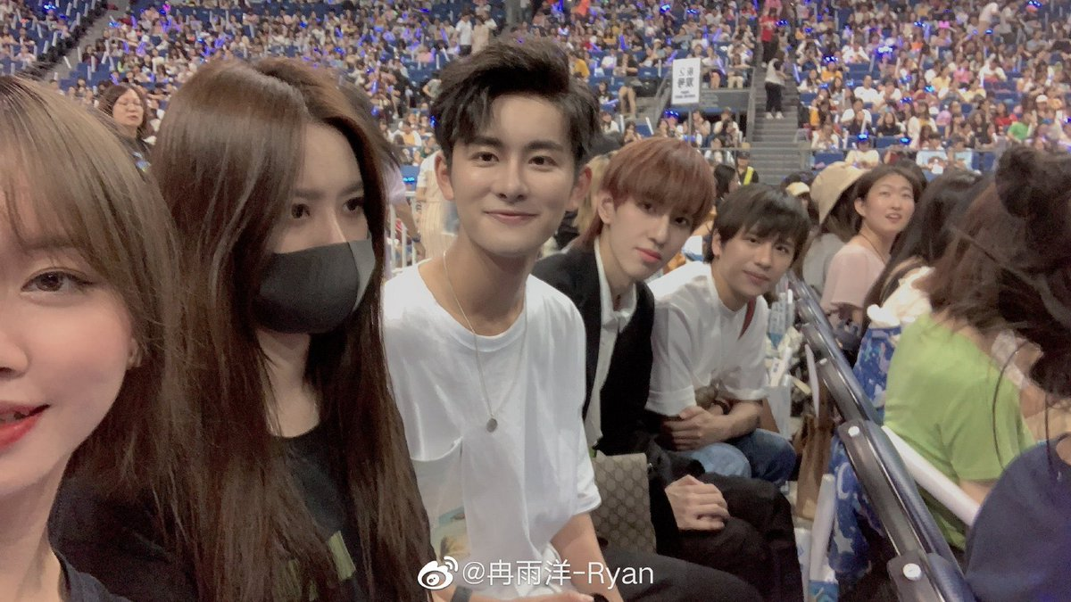 throwback to last year when yiyang attended tao's concert hhh <br>http://pic.twitter.com/9Dznl1vGLt