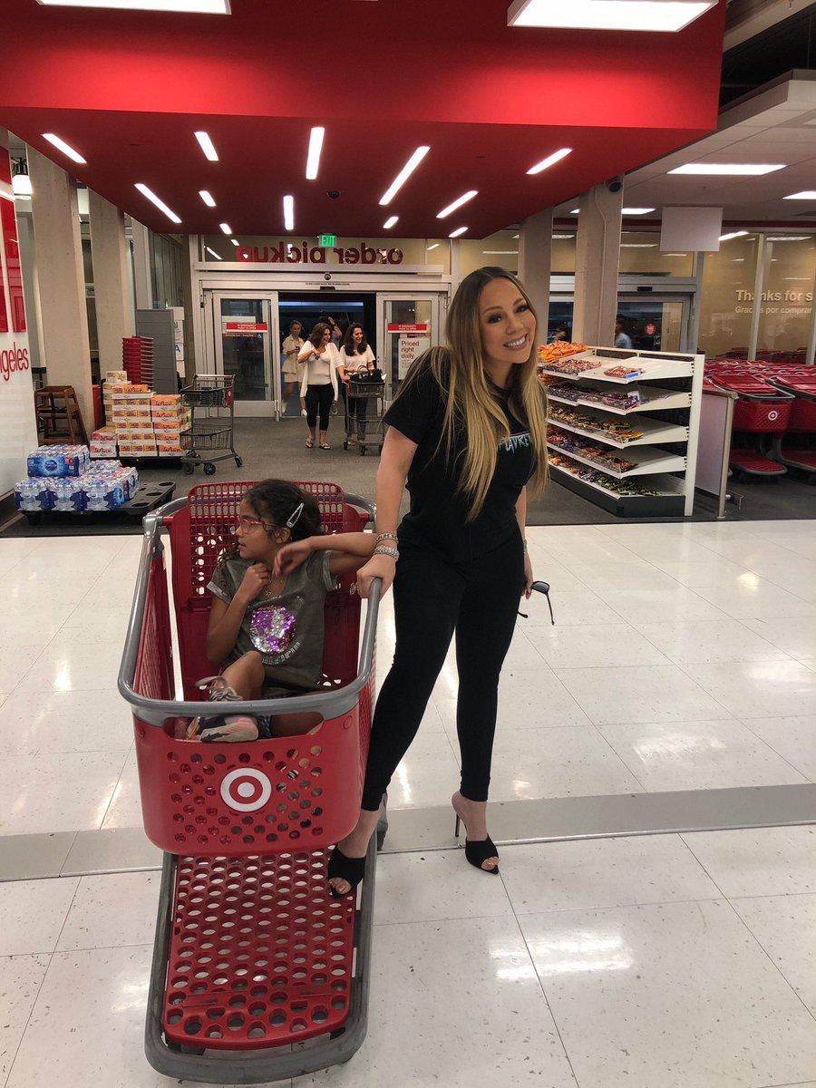 mariah carey and her daughter looting target  <br>http://pic.twitter.com/UBgfLJOwpP
