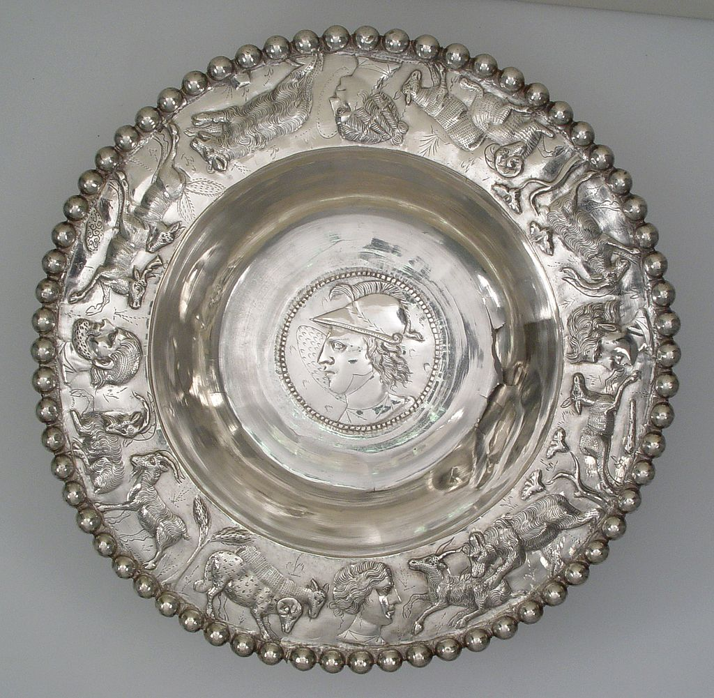 Part of the Midenhall Treasure this beautiful silver #Roman bowl was found in Suffolk #UK It has a beaded rim with the portrait of a man in the centre, thought to represent Alexander the Great. Around the rim are pastoral scenes. Date 4th C AD @britishmuseum r/t @TrimontiumTrust