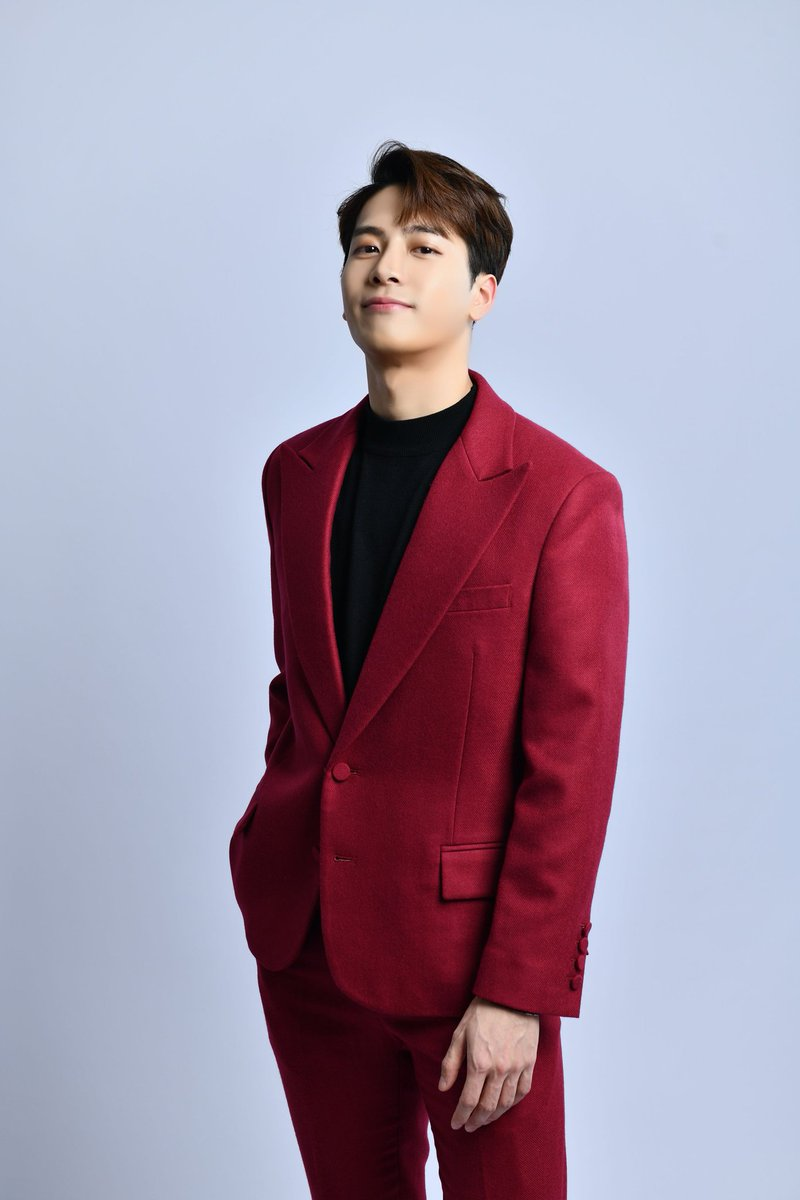 Jackson Wang is the 1st Chinese Solo Artist in history to chart on US Top 40 Radio with 100 Ways. 100 Ways is currently #38 on Mediabase Top 40 Radio chart in the US!   #JacksonWang @JacksonWang852 #GOT7  @GOT7Official<br>http://pic.twitter.com/uRfxTSSVfH