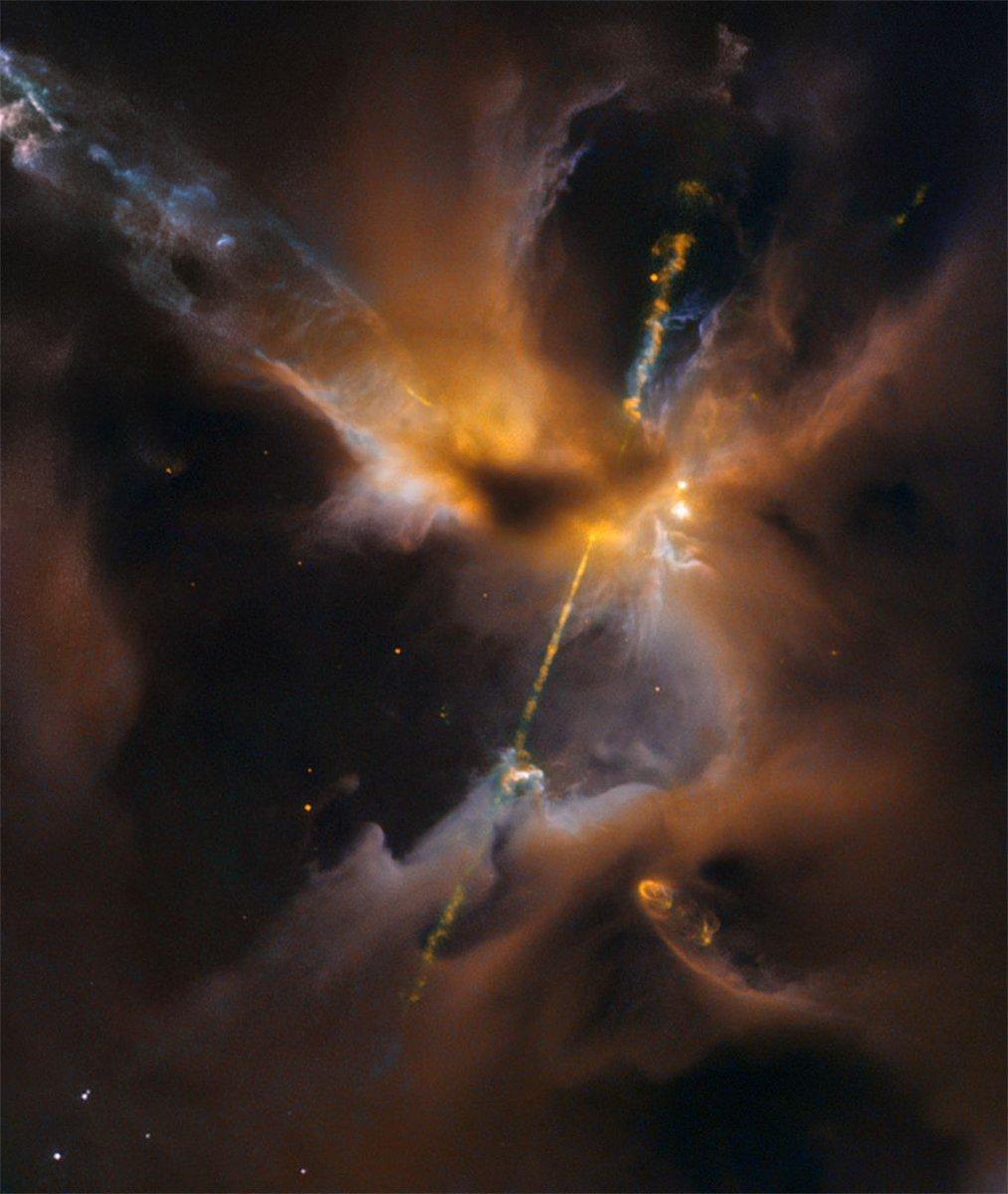 Este extraño paisaje es la cuna de una estrella recién nacida. Está oculta entre las nubes de gas y polvo, pero los chorros de material delatan su presencia. La región mide solo medio año-luz y está a 1300 años-luz del Sistema Solar.  Crédito: NASA/ESA/Hubble #FelizJueves https://t.co/qy1gDpz47b