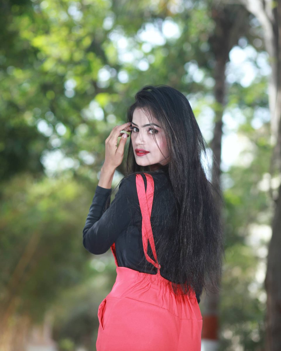 Ped hu har roz girte hai pate mere.  Phir bhi hawao se , Badal te nahi rishtey mere !🍃  . . #heyy #heythere #look #lookbook #varshadnya #varshadnyafunde https://t.co/KpPBSTcZqZ