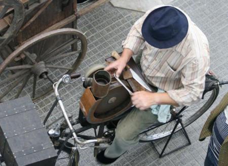 Qualcuno sa se ci sono ancora degli #arrotini mobili a #Roma? Farmi sapere!   Does anyone know if there are any old-fashioned mobile knife grinders left in #Rome? If so, please let me know!   #Arrotino #Affilacoltelli https://t.co/6ncD9u7A2v