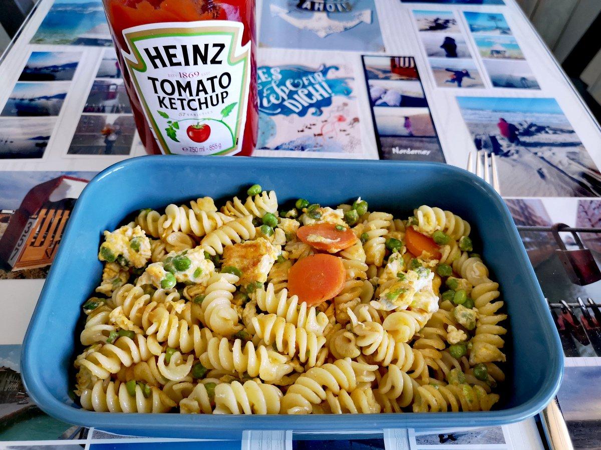 Jetzt erst mal Resteessen. Gebratene Nudeln, mit Gemüse und Ei und natürlich Ketchup! 😍😅 https://t.co/k80Z48Mrgg