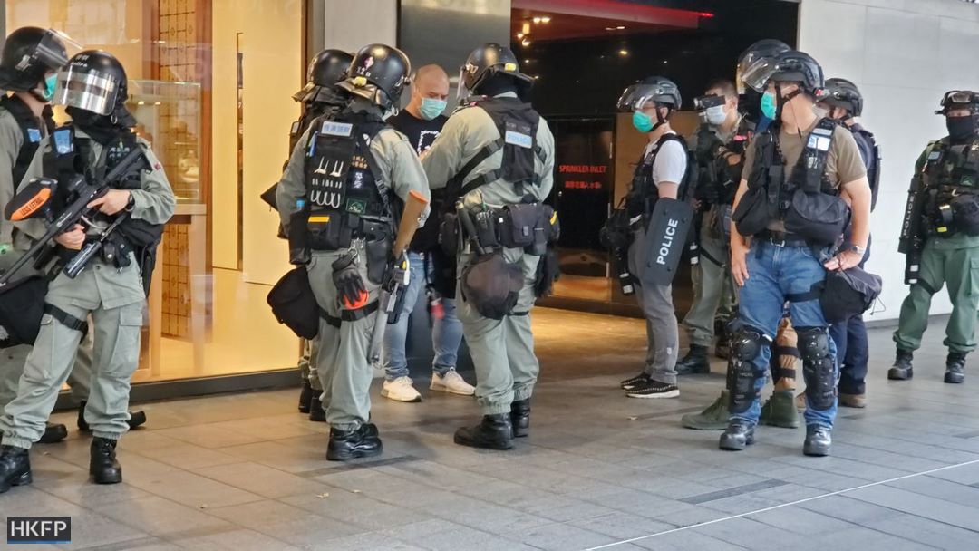 There remained a heavy police presence outside Central's Landmark shopping mall, with some stop-and-search actions. Protesters displayed posters on the mall's floor.  https://t.co/CAg0bFVDBH https://t.co/qKRxQ02GoE