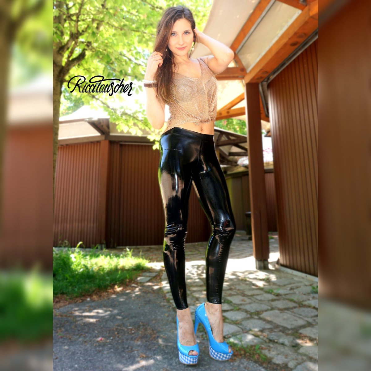 #chilling at the #Westpark   Eure Ricci Mit @simonolatex And shiny with #@begloss  #relaxing #munich #münchen #travellover #travelblogger #simono #riccitauscher #riccit #ricci #followme #likeagirl #follower #shiny #latexmode #latexinpublic #latexfashion #highheelsloverpic.twitter.com/YOJM4Ux96T