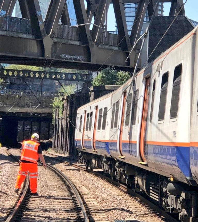 Good Afternoon, #AngliaEIU here 👮♂️ Were onscene with @networkrail nr #BethnalGreen in response to trains being trapped after damage to the OLE ⚡ Weve checked on the welfare of all passengers onboard & have detrained 2 services For travel info see 👉 journeycheck.com/greateranglia/