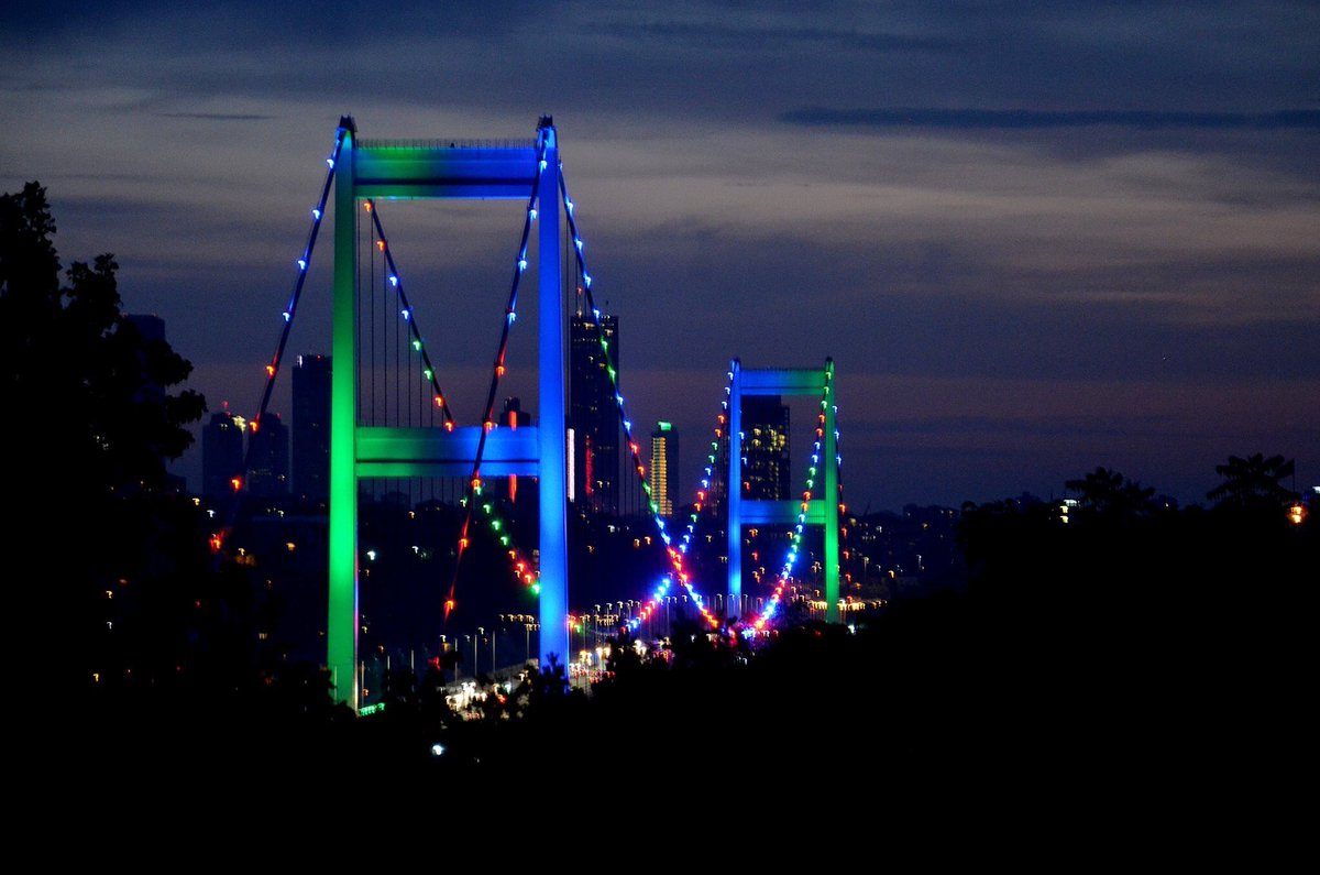 Istanbul's landmarks are illuminated with colors of #Azerbaijan's flag as part of the 102nd anniversary of Azerbaijan pic.twitter.com/fzWKEy76S2