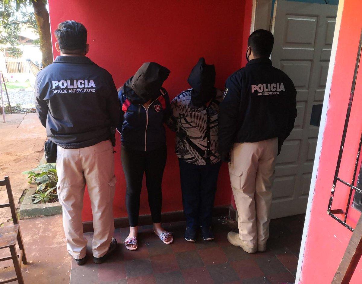 Desarticulan red de extorsión sexual en #Itapúa. Agentes del @DAS_Paraguay de la #PolicíaNacional y del @MinPublicoPy allanaron en simultáneo tres casas, en Cambyreta, Capitán Miranda y Encarnación. Cuatro mujeres fueron detenidas, una de ellas, menor.pic.twitter.com/1BQVrqJP4c