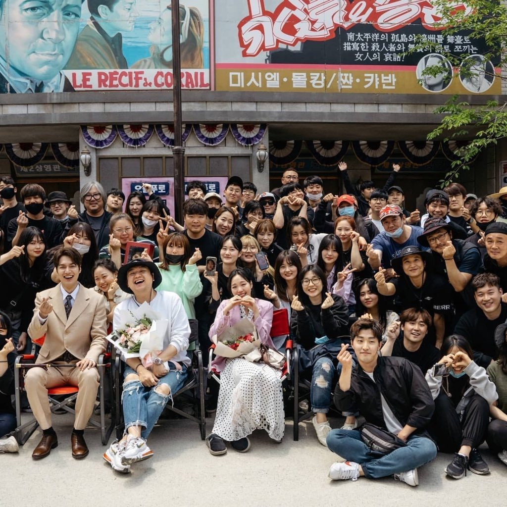 LOOK AT LEEMINHO'S SMILE WHILE GIVING A HEART FINGER SIGN GOSH IM GOING TO CRY FOR REAL I WILL MISS HIM LIKE CRAZY  goeun also there with all staffs too aahh my heart feels so heavy i cant say goodbye to this drama#TheKingEternalMonarchpic.twitter.com/gF8i9ImSnN