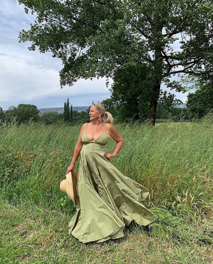 Para presentar la colección de verano 2020, @jacquemus ficha a su abuela como imagen de su nueva campaña, demostrando que el estilo no tiene edad   ¡Bravo! . .  . #AlaModa #RevistaAlaModa #Jacquemus #JacquemusAtHome #summer2020 #style #fashionpic.twitter.com/xR8aZXQ1cE