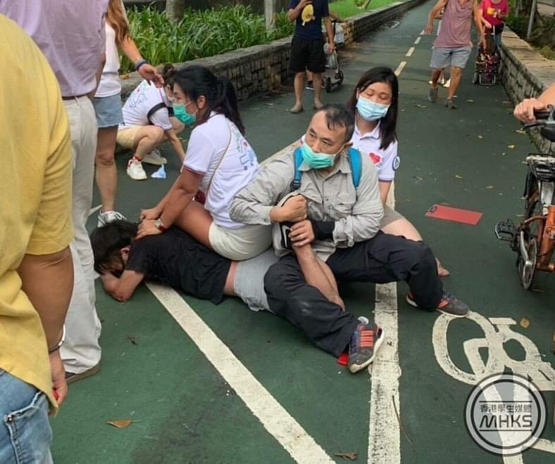 The man was twisting the young man's ankle, as shown in this picture taken from another angle. His merciless technique is same as the Asia Finest #HKPolice! https://t.co/ilT8vyxZqY