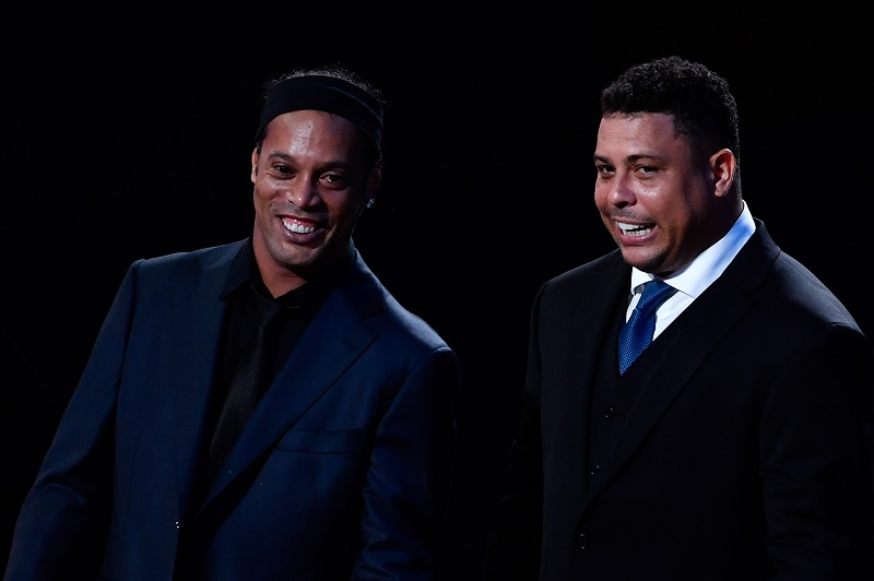 🗣️ Reporter: Who was the best? 🗣️ Ronaldo: Ronaldinho was better than me. With his skills, he drove opponents crazy and made you fall in love with football. 🗣️ Ronaldinho: No, Ronaldo was better than me. He was playing with one knee and no one could stop him.
