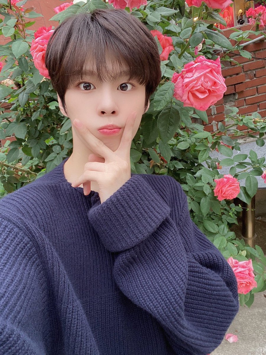 I wonder why flower took picture with flowers... little that I know you gave it to this honored guy crowned by your flower  <br>http://pic.twitter.com/0rfYsZnGhi