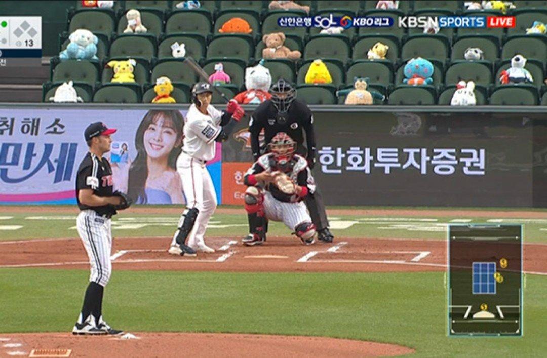 韓国のプロ野球⚾️  無観客試合を寂しくしない為に、ファンから送られてきた ぬいぐるみが日に日に増えてて面白い(ᐡ •̥  ̫ •̥ ᐡ)✨笑