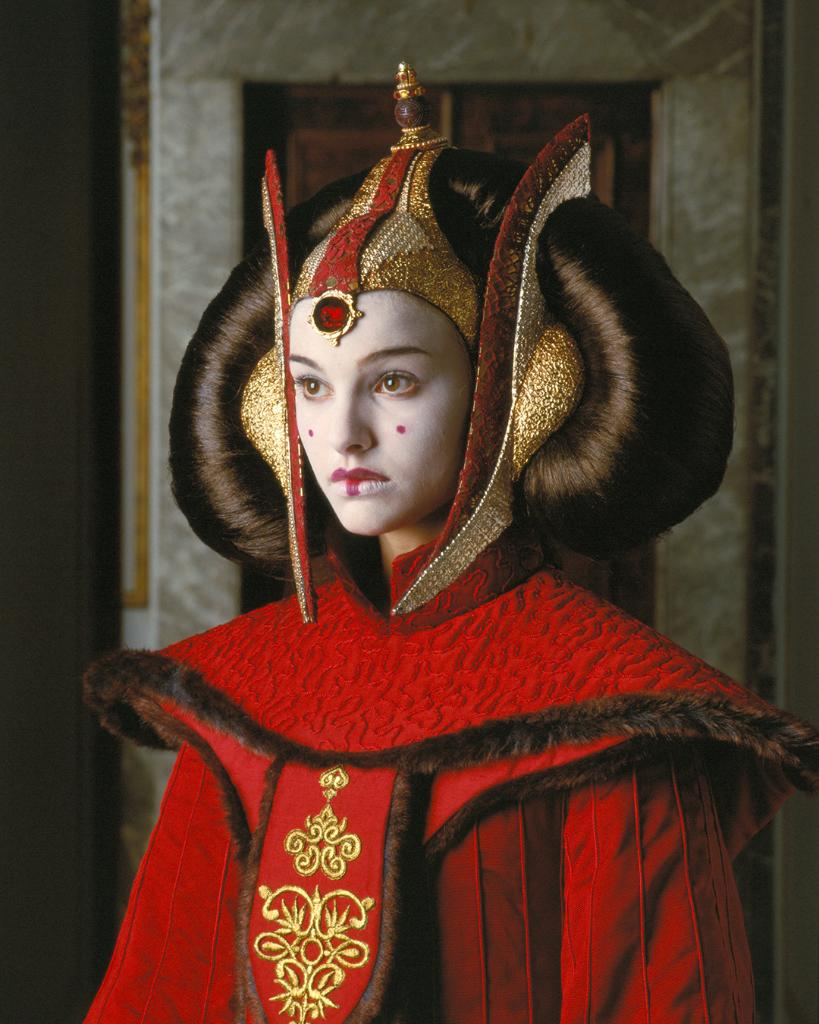Padmé Amidala's stunning throne room ensemble represents the Naboo tradition strongly. The costume, made from several layers of silk, took eight weeks to make and was constructed specifically to fit actress Natalie Portman. (Concept art by Iain McCaig.) #TBT https://t.co/CHEIvlO9kr