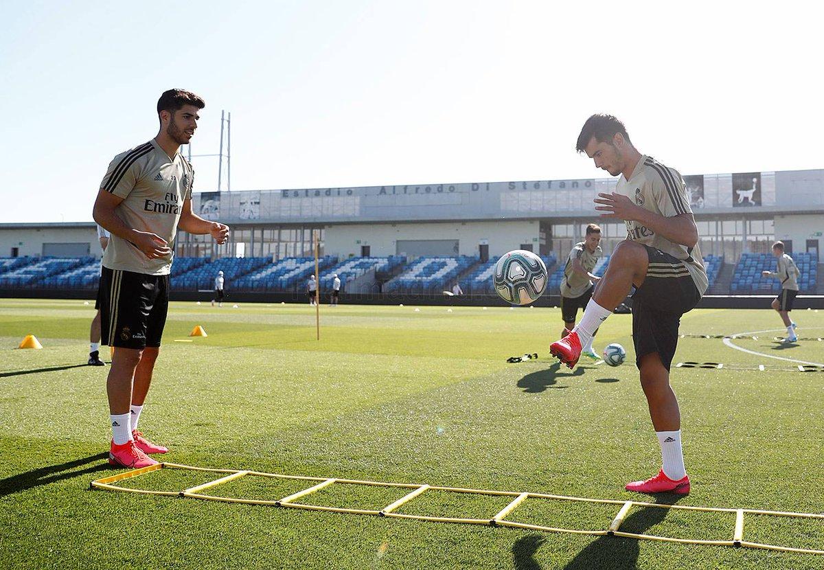 #Zidanedirigió una sesión dividida en dos turnos que tuvo lugar en el#AlfredoDiStéfanoy en la que los jugadores del #RealMadrid arrancaron con trabajo físico con y sin balón. Después hicieron ejercicios de pase, control y remate.#RMCity #RMLiga #LaLiga #HalaMadridYNadaMás https://t.co/h0cqYxwC7b