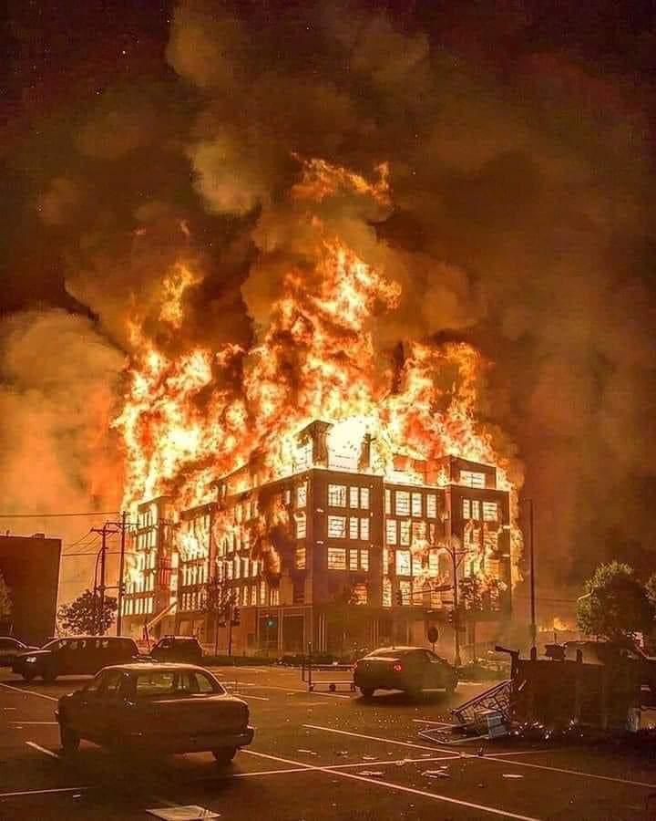 Parece un afiche de película. Es un edificio de Minneapolis, en Minnesota, ardiendo tras el asesinato del afroamericano George Floyd. Las últimas palabras del hombre de 46 años fueron: No puedo respirar, mientras la rodilla de un policía hundía su cara en el cemento