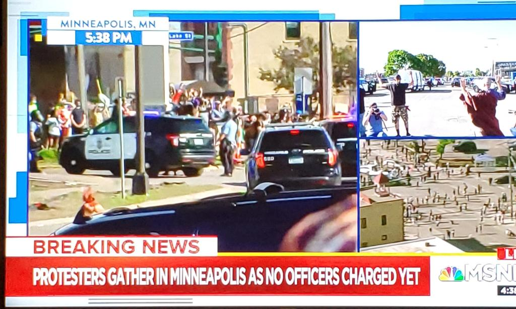 Tense situation developing in #Minneapolis as several police vehicles enter area with large group of #protesters. #GeorgeFloyd protest.