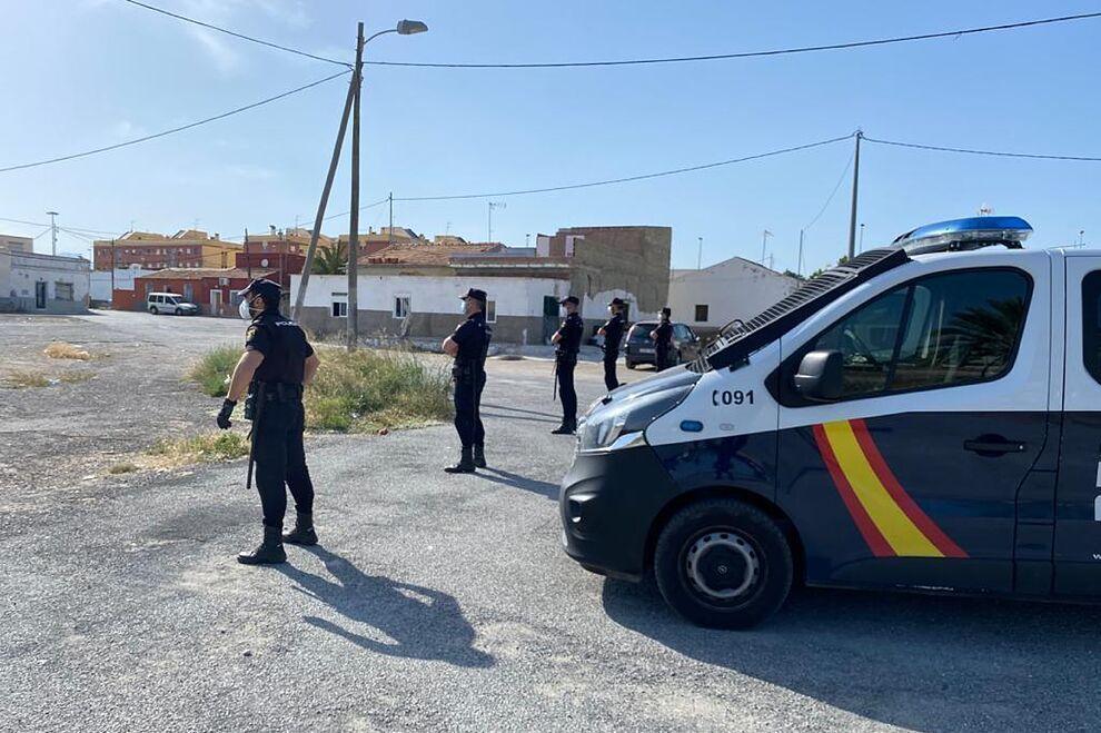 Crimen y linchamiento a la Policía en el barrio de 'La Puñalada' de Elche https://t.co/KHaqvVo1gX https://t.co/5JhSs5JVLz