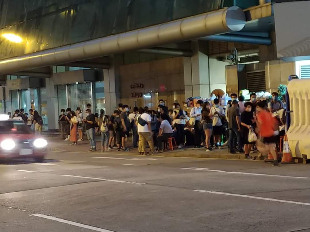 It's been 24+ hrs but 150+ arrested are still inside this #PoliceStation. Relatives become frds & support each other. Philanthropists & district councillors brought chairs & apparels for family members & food that are allowed for arrestees.  #StandWithHongKong #HKPoliceState https://t.co/i2kCPd0FzN https://t.co/POMekhwg84