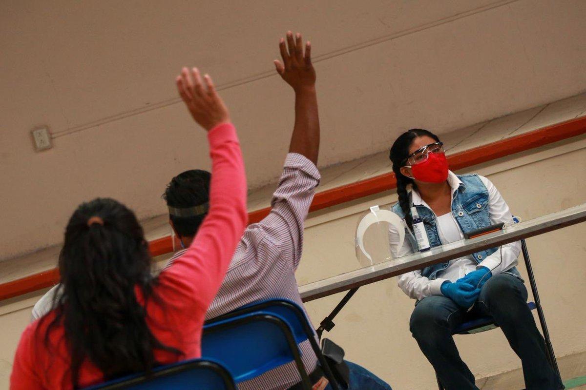 A petición de la Unión de Presidentes Zapotecas del Valle de Tlacolula y cuidando la #SanaDistancia, @EufrosinaCruz en coordinación con la @SSO_GobOax  y el @GobOax hace entrega de gel antibacterial, jabón, cubrebocas y sanitizante.  @alejandromurat https://t.co/Yzu8ay6CMy