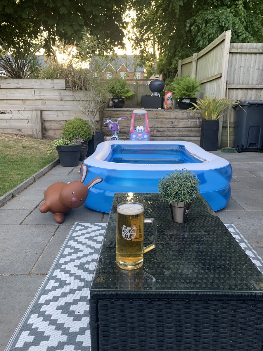 Finally got the outdoor pool. #poolparty pic.twitter.com/tl9uWf1xFC