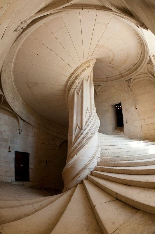 The staircase in Château de la Rochefoucauld by your friend and mine, Leonardo da Vinci is so sexy I think it may hurt my eyes if I gaze upon it for too long.
