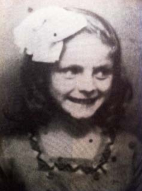 28 May 1933 | French Jewish girl Simone Kastenbaum was born in Paris. She arrived at #Auschwitz on 31 August 1942 in a transport from Drancy. After the selection she was murdered in a gas chamber.