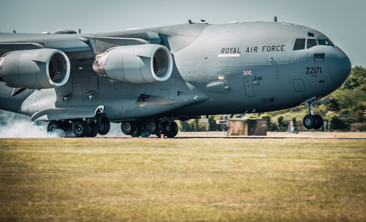 Stunning shot of ZZ171 at touchdown during crew training today!   The brakes of a C-17 can withstand landing at 265 tonnes with the instant application of MAXIMUM brake pressure 🛬💪  #99Sqn #C17 #RAF #NoOrdinaryJob @RAFBrizeNorton   📸 @RafPhotog https://t.co/kANroaNlD3