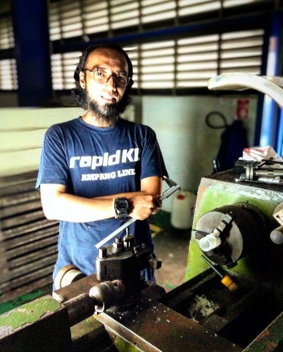 """Learning is a never-ending process... """"If you want to be the best, you have to learn from the best!!"""" taking lesson from Ampang Line's very own Master Machinist, Tn. Amir Zafuan. #mechanicalengineering pic.twitter.com/e5VQeJ7FGS"""