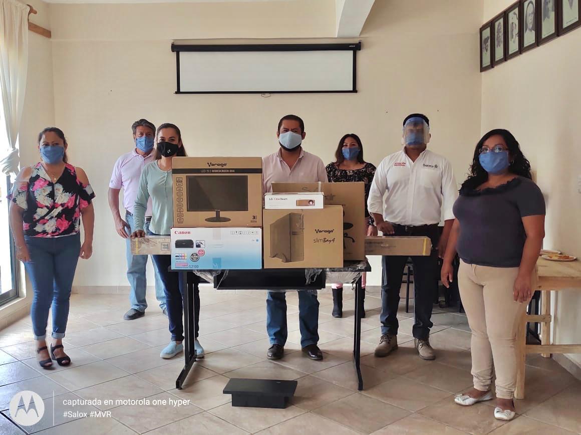 Siguiendo la instrucción del @GobOax @alejandromurat y @CGAR_GobOax Marco Cuevas, trabajamos en equipo @SEPIA_GobOax, hicimos entrega de apoyo al @IEBO_GobOax Santa Gertrudis Zimatlán con el programa #Ventanas, presente @AdolfoGarM El Delegado @chucholox y las Autoridades Mpales https://t.co/HvsIKaaF1P