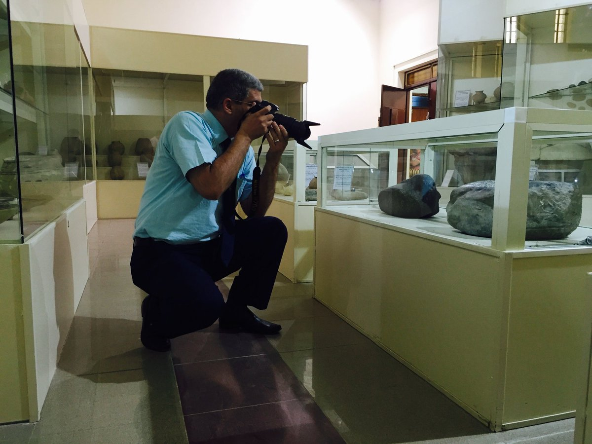 Many people think that photographing Museum's artifacts is easy. Look at this Museum with no visitors. The display cases are old and their glasses are bad and light-reflective. See how I manipulate and move to get a clear image. #photography #Nikon #hatra #Mesopotamia #iraqpic.twitter.com/hupFvmqnpn