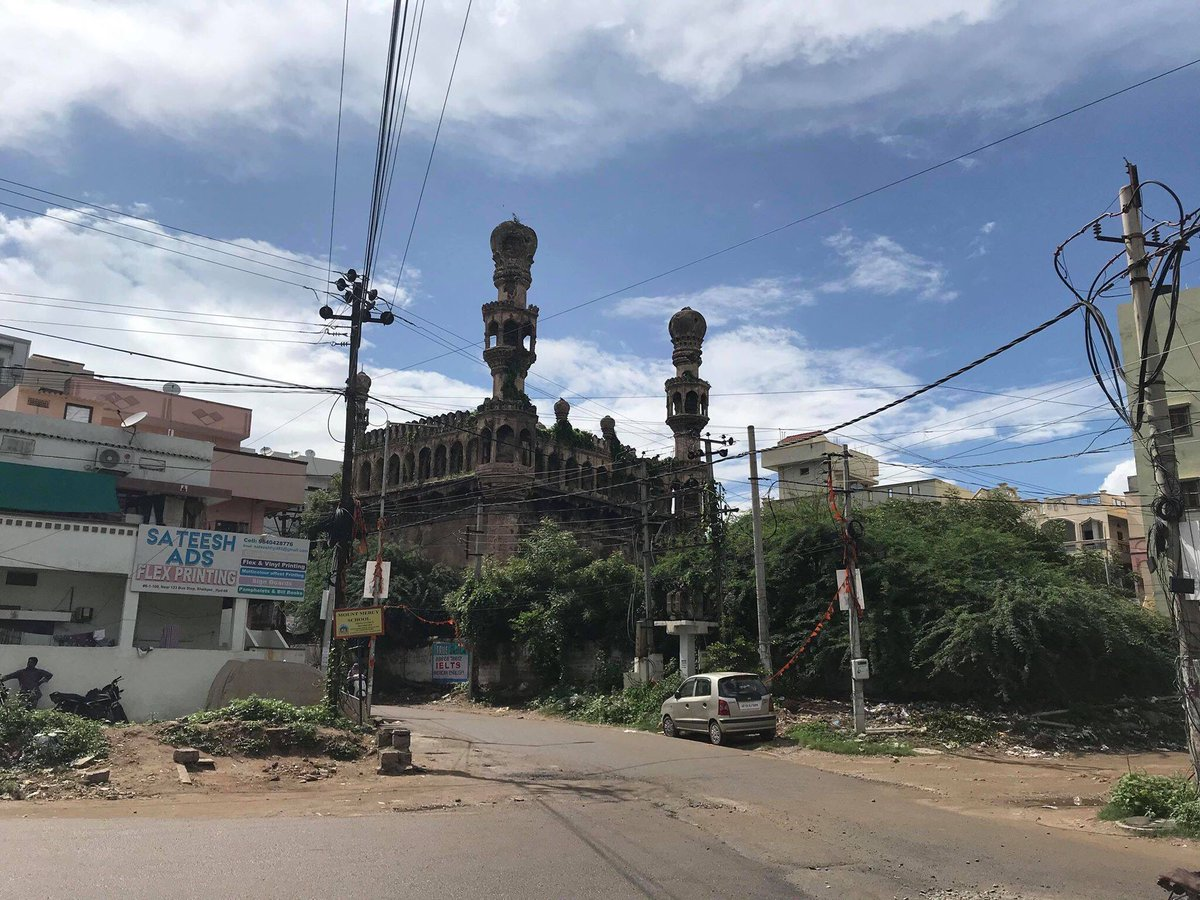 Please help #Hyderabad. Does anyone have any information about this masjid on Karwan Rd. in Manikonda right behind the tombs? It's falling apart. Does it have a name? Date? Stories? pic.twitter.com/SEbuGPNy0r